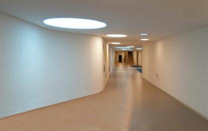 Innenansicht: begehbare, runde Oberlichter und Deckenlampen