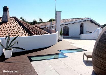 Refrenz: zwei begehbare SkyVision WALK-ON Oberlichter. Barrierefreie Glasböden auf einer Ferienhaus-Terrasse